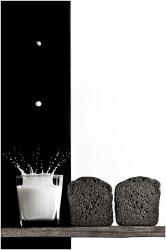 Капли молока, падающие в стакан