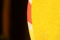 Бархатное желтое полотенце - отличная поверхность для тестироваия
