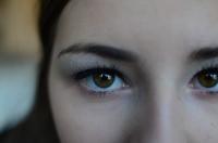 Лицо модели. Акцент на глазе, ресницах и веке