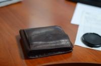 Кожаный кошелёк на столе