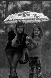 Дети под зонтиком в лесу