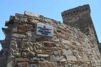 Начало экскурсии. Вывеска на стене крепости